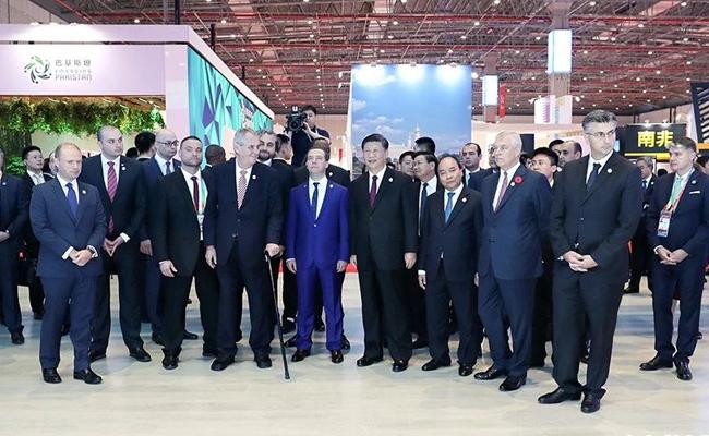 习近平在上海同出席首届中国国际进口博览会的外国领导人共同巡馆