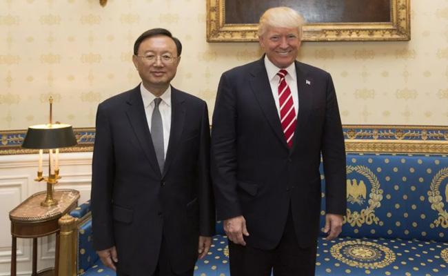 美国总统特朗普(右)在白宫会见正在华盛顿出席首轮中美外交安全对话的中国国务委员杨洁篪
