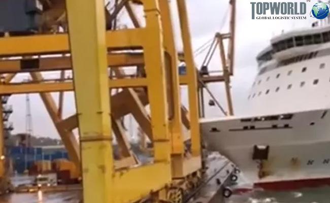 巴塞罗那港码头起重机被撞倒