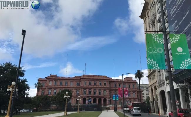 布宜诺斯艾利斯总统府外大街上的G20标识